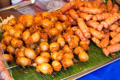 街道食物,香肠市场在棍子,泰国街道3月的 库存图片