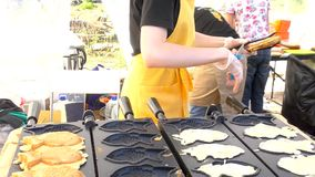 街道食物 与甜红豆酱的Taiyaki日本鱼型蛋糕积土 股票视频
