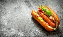 街道食物 与绿色的热狗牛肉在一个新鲜的小圆面包 库存照片