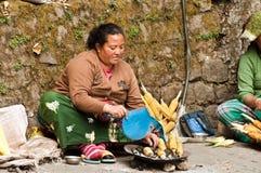 街道食物-烤玉米 免版税库存照片