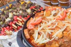 街道食物-牛肉pices用葱和蕃茄 库存照片