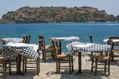 街道餐馆的表和椅子在希腊 图库摄影