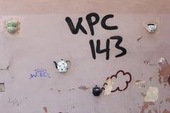 街道画和茶壶在墙壁上在Literatu街道,维尔纽斯,立陶宛 图库摄影