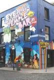 街道画在寺庙酒吧区在都伯林 免版税库存图片