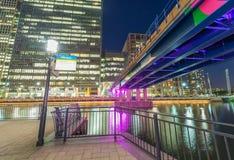 从街道水平在晚上,伦敦英国的金丝雀码头地平线 库存图片