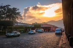 从街道水平的武尔卡诺岛日落 库存图片