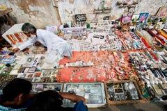 街道贸易商卖古色古香的硬币、小珠和葡萄酒纪念品 库存照片