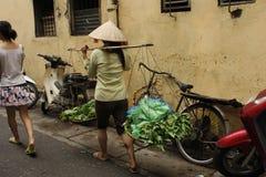 街道贸易商在河内 免版税库存图片
