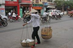 街道贸易商在河内 免版税库存照片