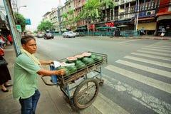 街道贸易商驾驶的推车用瓜在市场上 库存图片