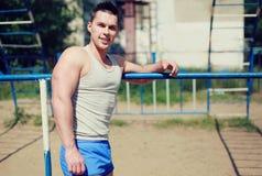 街道锻炼,愉快的运动员 免版税库存照片