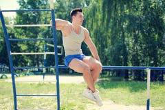 街道锻炼,英俊的运动的人 免版税库存图片