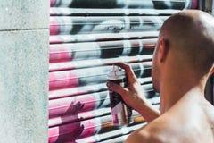 街道画男孩,在街道的喷漆 免版税库存照片