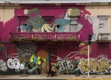 街道画延长了房子两个故事  免版税库存图片