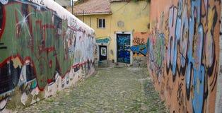 街道画问题在Alfama里斯本葡萄牙老区  免版税库存照片