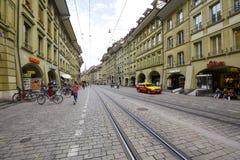 街道Marktgasse都市风景在伯尔尼 免版税库存图片