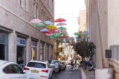 街道Moshe用五颜六色的伞装饰的所罗门在Jerusa 免版税库存照片