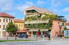 街道Rruga马林Bicikemi在斯库台,阿尔巴尼亚的市中心 库存照片