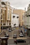 街道Sadovnicheskaya 在街道移动的汽车和步行者 免版税库存图片