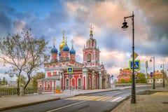 街道Varvarka,圣乔治教会的早晨视图 免版税库存照片