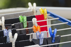洗衣店夹子和衣物 免版税库存照片