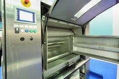 洗衣店的大被打开的工业干燥机 免版税库存图片