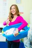 洗衣店的女学生 图库摄影