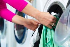 洗衣店的女学生 库存图片