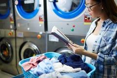 洗衣店的学生 免版税库存图片