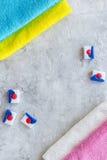 洗衣店 干燥洗涤剂近的清洁毛巾酒吧在灰色石背景顶视图copyspace的 库存图片