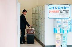 衣服制服的日本人使用在小富山stat的硬币衣物柜 免版税库存图片