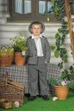 衣服和帽子的男孩 免版税库存图片