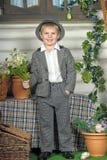衣服和帽子的男孩 免版税图库摄影