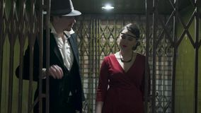 衣服和帽子的画象高人打开门和通行证在暗室里面一确信的美女的 股票录像