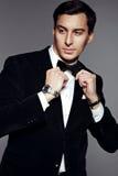 黑衣服和弓领带的成功的商人 库存照片