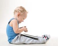 衣服和玻璃的一个小男孩 免版税图库摄影