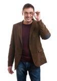 衣服和玻璃笑的年轻英俊的人 免版税库存照片