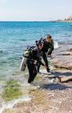 衣服的两名轻潜水员佩戴水肺的潜水的去水在埃拉特市附近在以色列 免版税库存照片