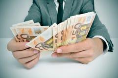 衣服的人与计数欧洲票据 免版税库存照片
