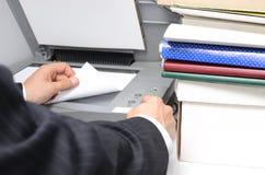 衣服的人使用应付的机器 免版税库存照片