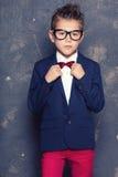 衣服的典雅的小男孩 免版税库存照片