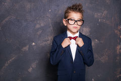 衣服的典雅的小男孩 免版税库存图片