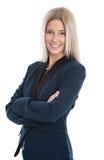 衣服的可爱的成功的女实业家与横渡的胳膊。 免版税库存图片