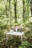 衣服的商人在有他的腿的绿色公园在手机的办公桌谈话 到达天空的企业概念金黄回归键所有权 免版税库存图片