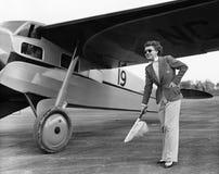 衣服的妇女与飞机(所有人被描述不更长生存,并且庄园不存在 供应商保单将有 免版税库存图片