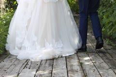 衣服的婚礼礼服的新郎和新娘 免版税库存照片