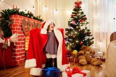 衣服的小女孩,笑佩带的圣诞老人,尖叫, 库存照片