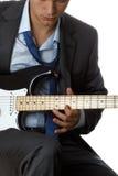 衣服的弹电吉他的人和领带 免版税图库摄影
