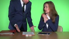 衣服的恼怒的上司人呼喊在女性雇员的坐在书桌在办公室 股票录像