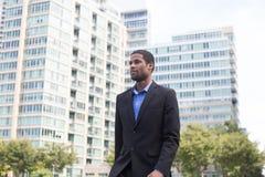 衣服的悦目非裔美国人的商人,通勤的o 库存图片